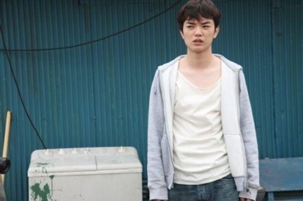 主演の染谷将太はある事件を機に心に深い闇を抱える主人公を演じる