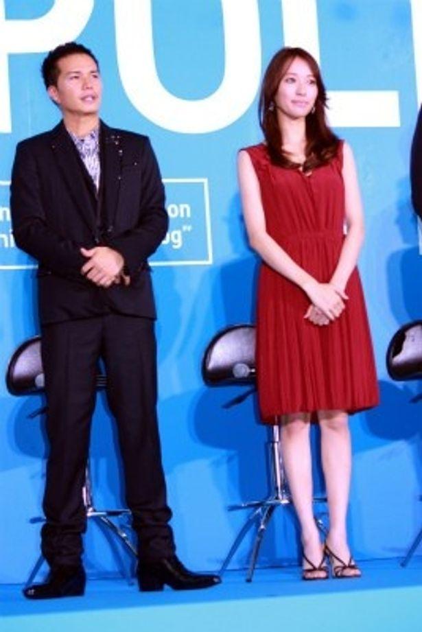 【写真をもっと見る】戸田恵梨香のボルドーのワンピースが爽やかだった
