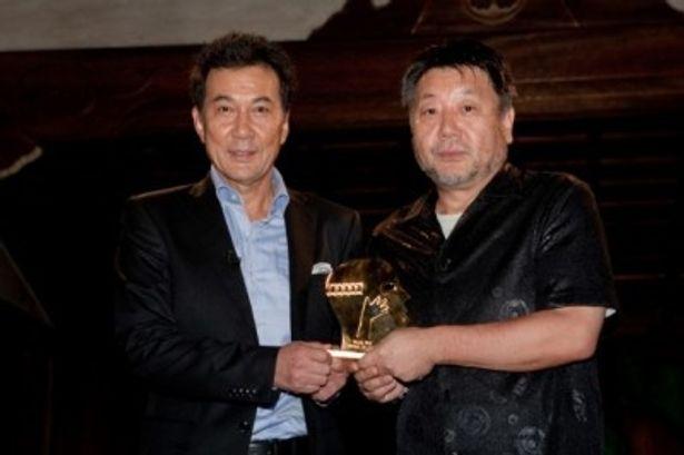 モントリオール世界映画祭で審査員特別グランプリ受賞を報告する、役所広司と原田眞人監督