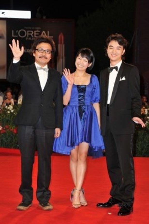 第68回ヴェネチア国際映画祭のレッドカーペットに登場した、左から、園子温監督、染谷将太、二階堂ふみ