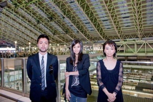 大阪ステーションシティでプレミアイベントを行った、左から、山田孝之、篠原涼子、佐藤嗣麻子監督