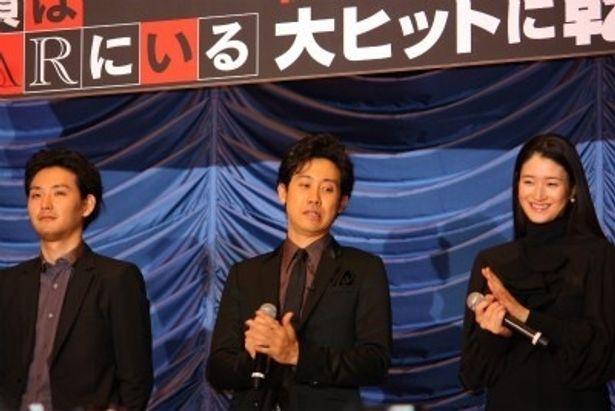 映画「探偵はBARにいる」の初日舞台あいさつに出席した松田龍平、大泉洋、小雪(写真左から)
