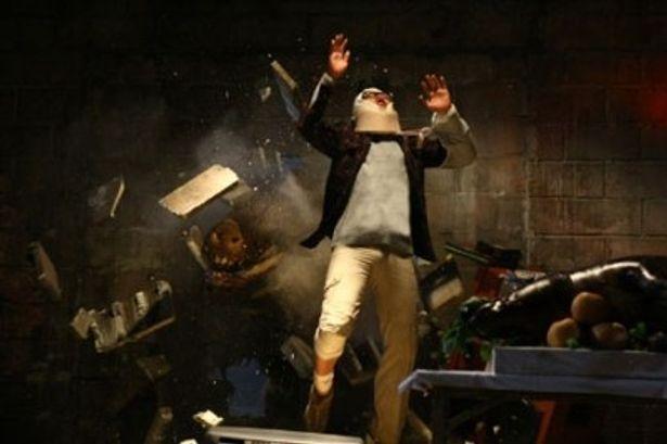 【写真】壁を突き破ってイノシシが登場!