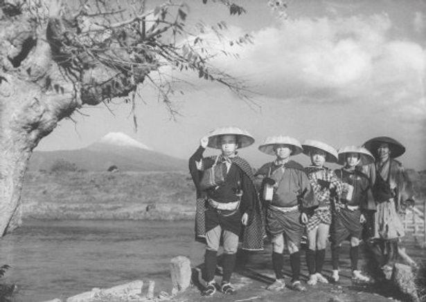 富士山を背景にした次郎長一家らしい名シーン。『次郎長三国志 第二部 次郎長初旅』より