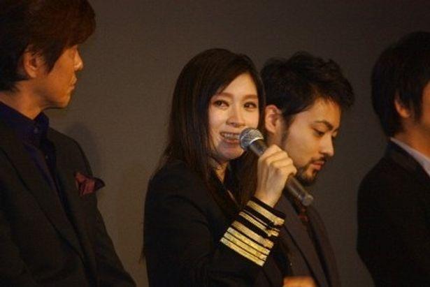 『アンフェア the answer』の初日舞台挨拶で大粒の涙を流した篠原涼子