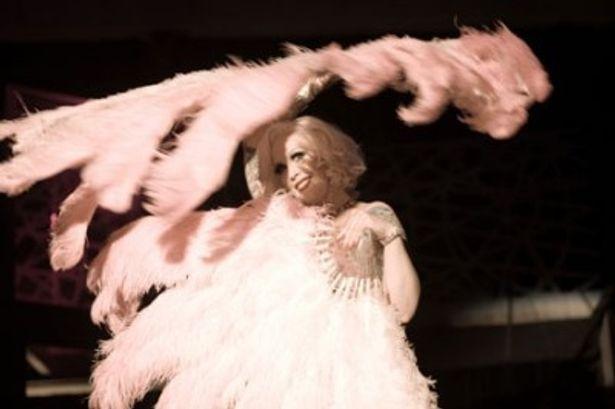 全員現役のバーレスクダンサーたちが妖艶な舞を披露する