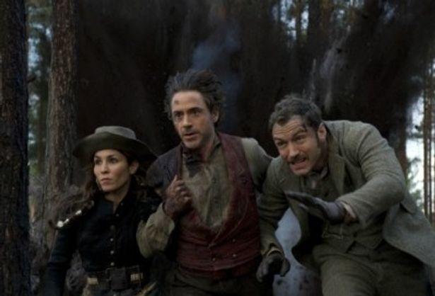 大爆発から逃げるホームズ、ワトソン、シムの3人。新加入のノオミ・ラパスは重要な役どころだ