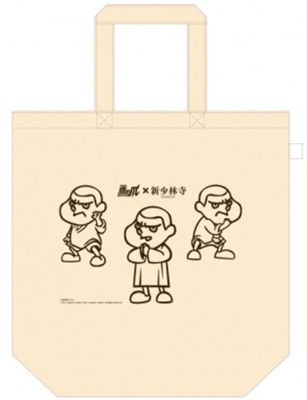 『新少林寺 SHAOLIN』の前売券特典となる特製バッグ。吉田君が道着を着用