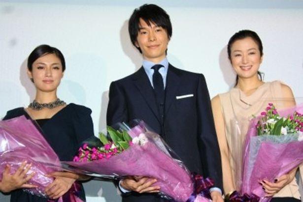 『セカンドバージン』の初日舞台に鈴木京香、長谷川博己、深田恭子(左)が登壇