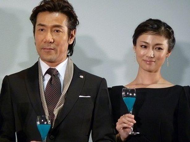 岸谷五朗と深田恭子共演の『夜明けの街で』初日舞台挨拶