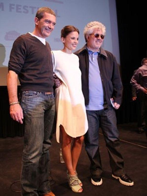 ペドロ・アルモドバル監督最新作の記者会見で、監督と主演のアントニオ・バンデラスらが登壇