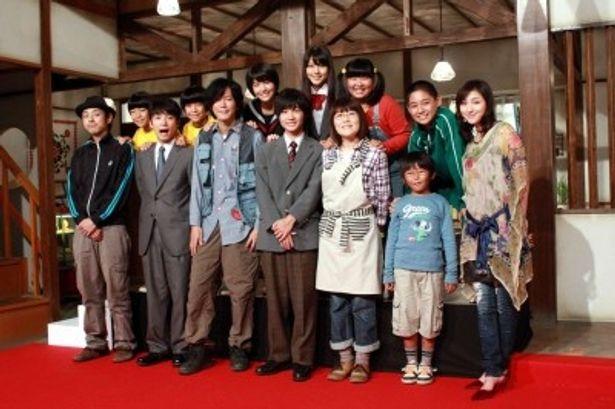 会見に出席した12人の出演者と脚本の宮藤官九郎