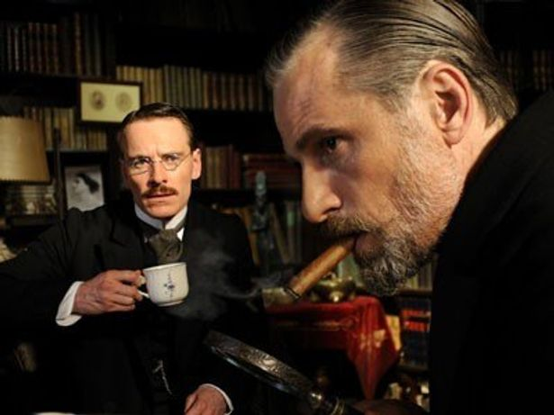 同作では、ユングをマイケル・ファスベンダーが、フロイトをヴィゴ・モーテンセンが演じる