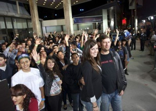 『パラノーマル・アクティビティ3』のロサンゼルスプレミアに出席したケイティ・フェザーストンとオーレン・ペリ