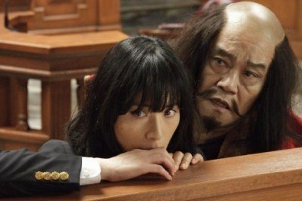 【写真をもっと見る】深津絵里扮する三流弁護士と、西田敏行扮する落ち武者の幽霊との凸凹コンビが最高
