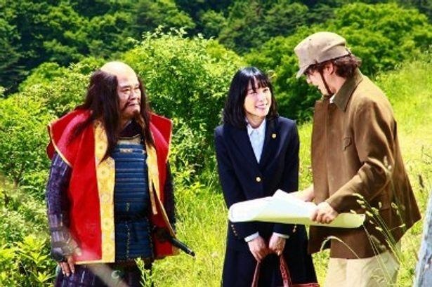 六兵衛について研究する歴史学者・木戸健一役に浅野忠信