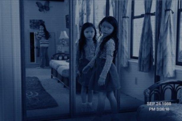 子供たち以外の何がしかの存在を感じさせる不気味な写真