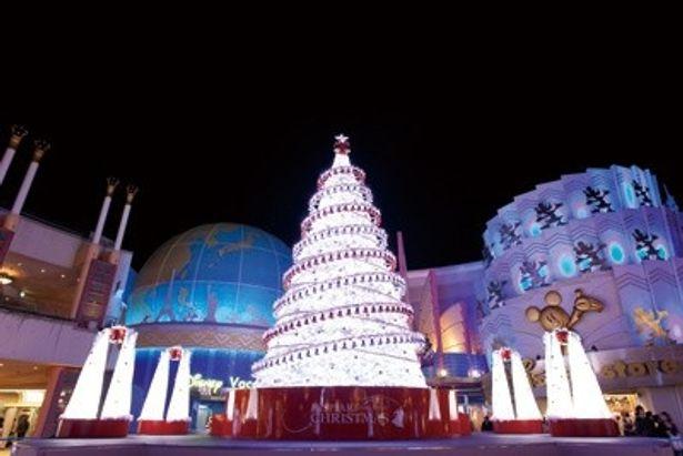2階「セレブレーション・プラザ」では、約10mのクリスマスツリー「Wishing Tree」が点灯。辺りは白い幻想的な雰囲気に包まれる。点灯式無料ライブはここで開催される