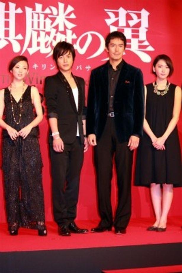 【写真をもっと見る】新垣結衣は黒のワンピース、田中麗奈はラグジュアリーなラメ入りの黒の上下で登場