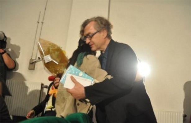 涙を流す観客と抱き合うヴィム・ヴェンダース監督