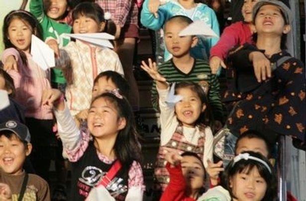 怪物くんジェットのお披露目式には空港近隣の小学校に通う小1から小3までの小学生30名がゲストに招かれた