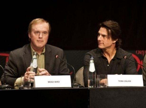 ブラッド・バード監督(左)とトム・クルーズ。ドバイでの記者会見から