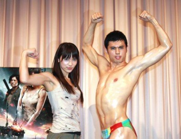 映画「第7鉱区」の試写会イベントに登場した秋元才加と小島よしお(写真左から)