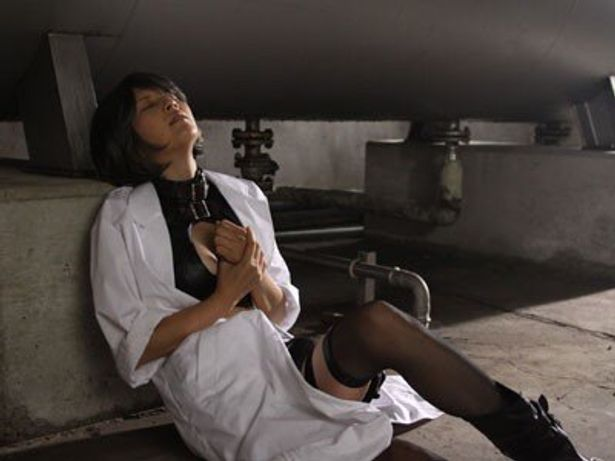 露出度の高い過激な衣装でハードなアクションにも挑んだ吉井怜