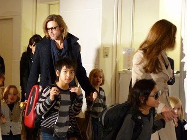 【写真をもっと見る】子供たちとしっかりと手をつなぐブラッド・ピットとアンジェリーナ・ジョリー