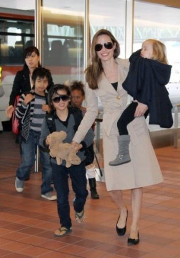 アンジーはすっかり大きくなった子供たちと手をつなぎながら上機嫌