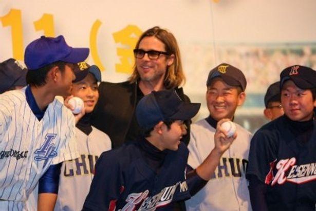 ブラッドが被災地の野球少年たちを出迎えた