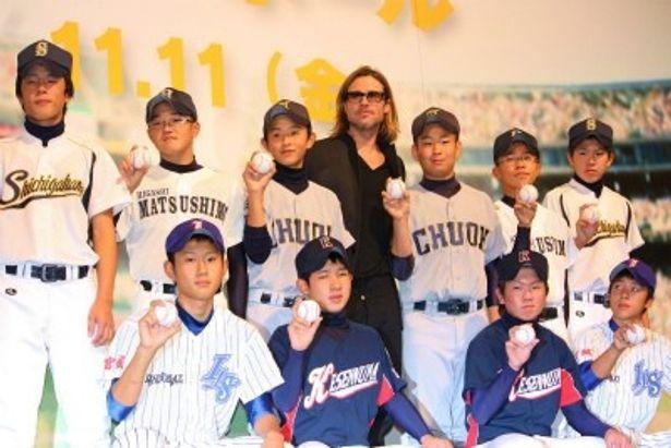 被災地の野球少年たちとフォトセッション
