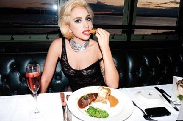 船上での食事風景は、レディー・ガガの素のままを撮影