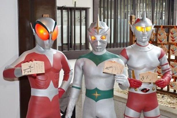 ミラーマンら3大ヒーローが集結し、DVDシリーズの大ヒットを祈願