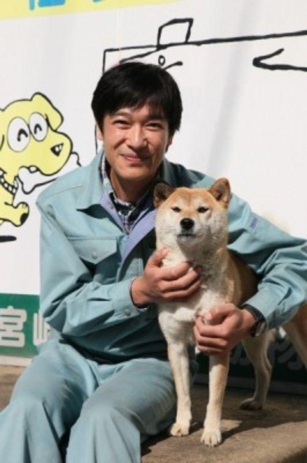 『ひまわりと子犬の7日間』で管理所職員を演じる堺雅人。共演の犬のイチとは「切磋琢磨し合いながら頑張りたい」と話す