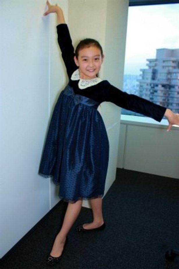 【写真をもっと見る】ダンスを習っている嶋田瑠那は、可愛いポーズもとってくれた