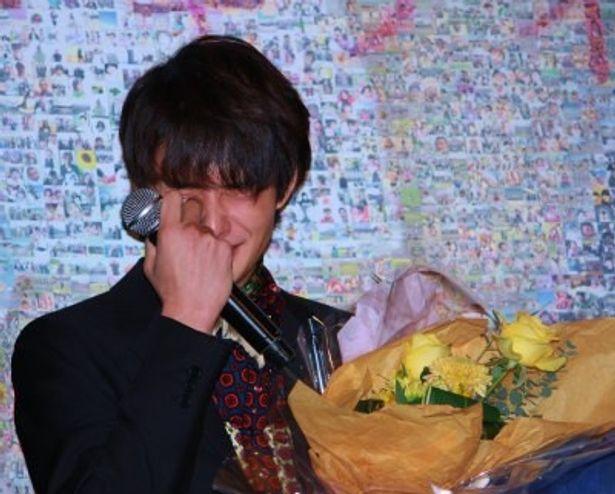 『アントキノイノチ』の初日舞台挨拶で瀬々敬久監督からの手紙に号泣する岡田将生
