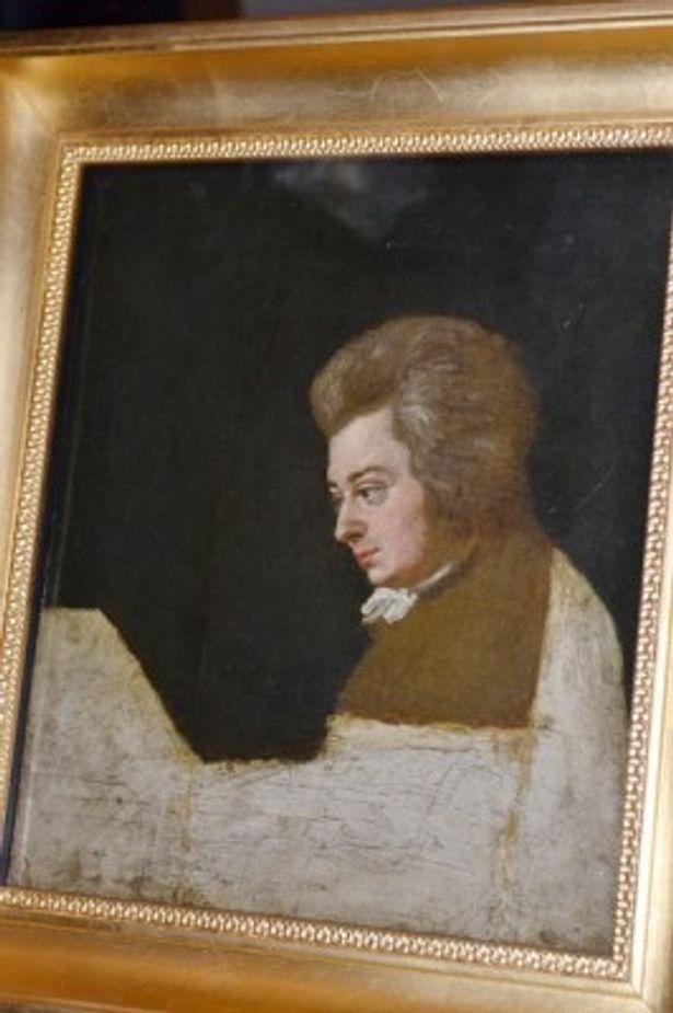 写真の「ピアノに向かうモーツァルト」をはじめ、展覧会には貴重なコレクションが多数展示されている