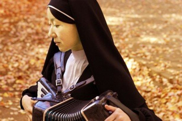 『不惑のアダージョ』の主人公の修道女役にアーティストの柴草玲
