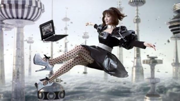 PCと共に空から舞い降りる大島優子さん。何とも幻想的な光景