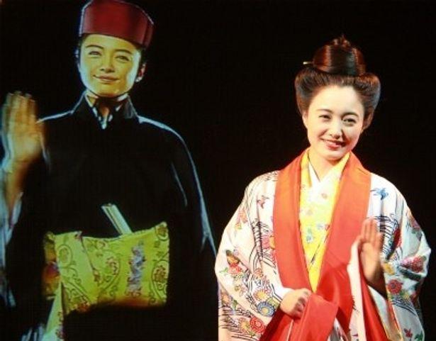 『劇場版テンペスト3D』の会見で仲間由紀恵とバーチャルな仲間由紀恵が対面!