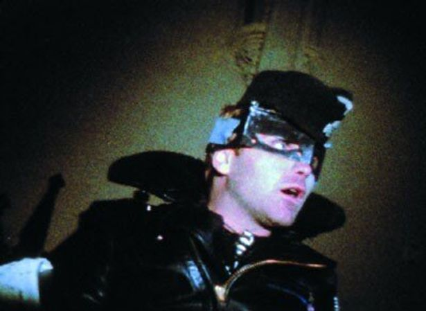 代表作『スコピオ・ライジング』のオールディーズ音楽を使用したスタイルの影響は、デビッド・リンチ『ブルー・ベルベット』(87)にも及ぶ