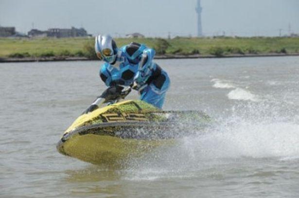 40年後の未来からやって来た仮面ライダーアクアは未来のコアメダルとベルトの力で変身するライダー