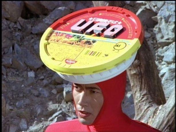 """【写真】マイケル富岡が""""UFO仮面ヤキソバン""""に扮し一世を風靡した懐かしのCM"""