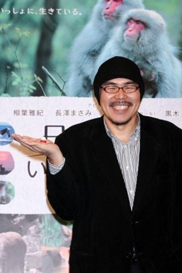 ワールドプレミアに出席した出田恵三監督。監督の手には、日本からのお土産として持参したミニ起き上がり小法師が