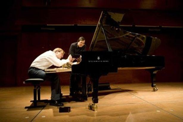 ピアニストのピエール=ロラン・エマールと、調律師のシュテファン・クニュップファーが一つの音を築くまでの姿に感動