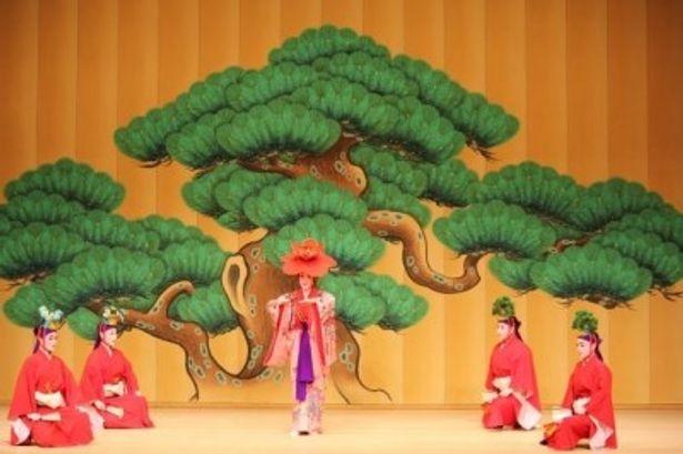 玉城流翔節会による「松竹梅鶴亀」の演舞