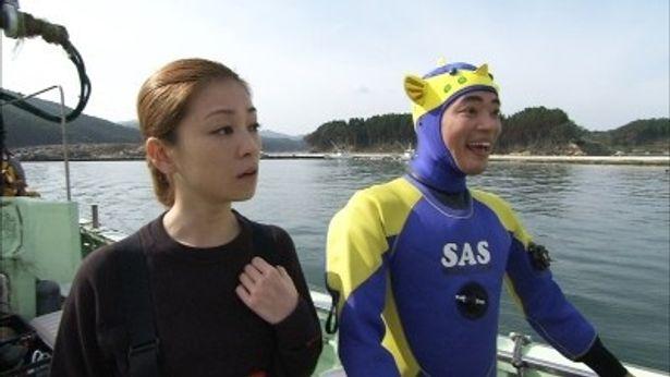 志津川湾に到着したさかなクンと吉澤ひとみ