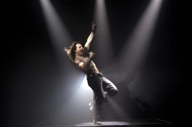 最強のロックの神様ステイシー・ジャックスを演じ、力強い歌唱を披露するトム・クルーズ