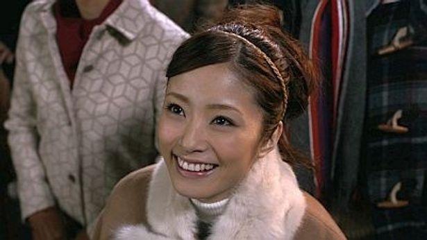 宇宙を見上げて「きれいねー」と笑顔を見せる上戸彩さん。CM後半にはSMAPも登場